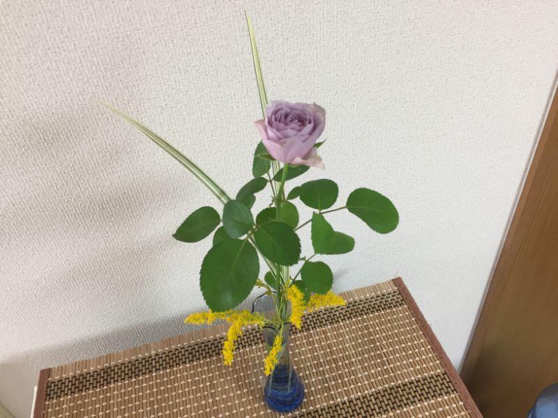 紫のミニバラにセイタカアワダチソウを添えて