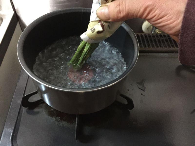 熱湯で茎を煮る