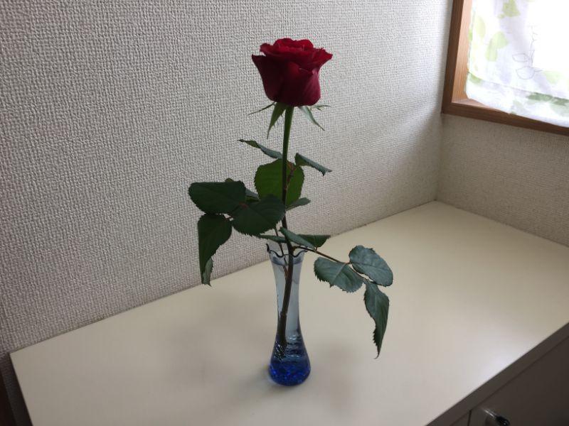 100均の器と産直のバラで一輪挿し