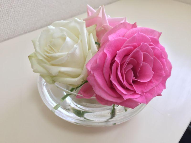 100均のガラスの器と産直のバラで一輪挿し