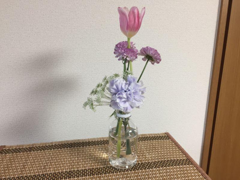 ペットボトルに活けたブルーミーのお花